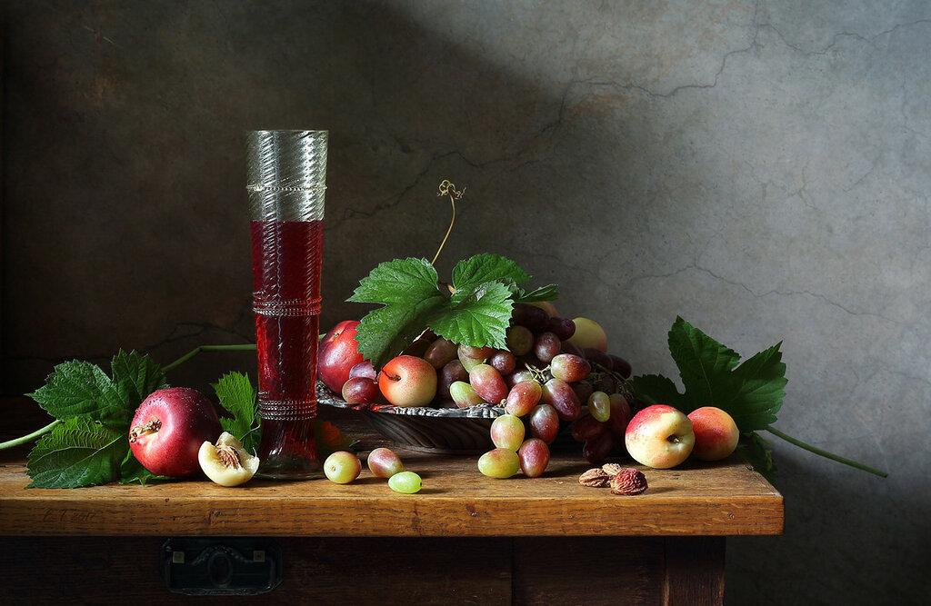 Красное вино и фрукты