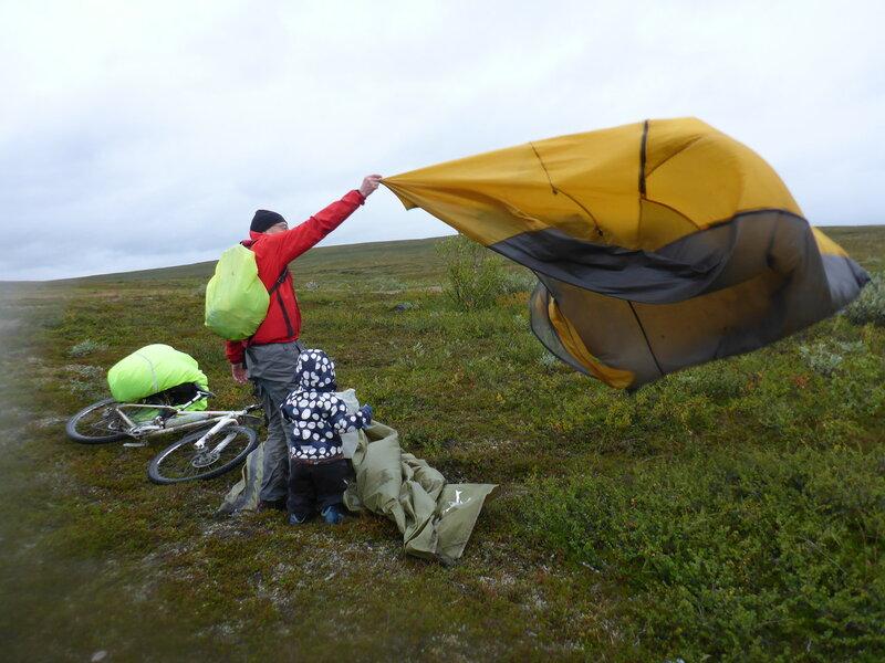 установка палатки в тундре в сильный ветер