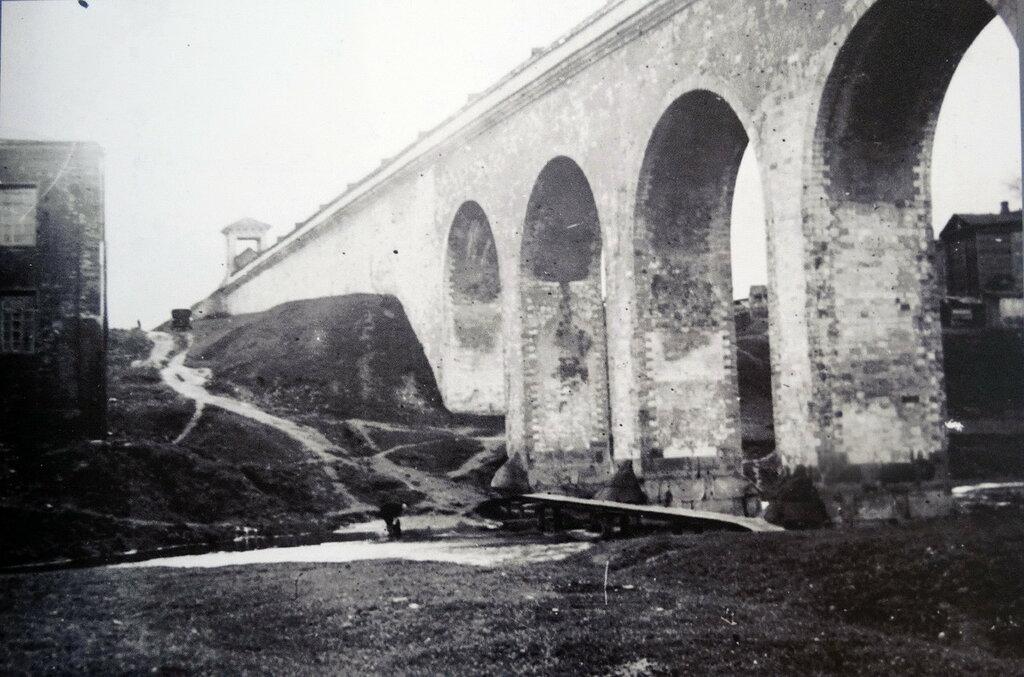 381907 Акведук, вид в сторону южной беседки.jpg Яуза 1920-е.jpg
