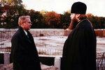 Исполняющий обязанности мэра Юрий Савенко осматривает ход строительства собора.