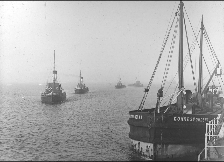 23 августа - 1 сентября 1914. Вид на караван судов в море. На переднем плане справа у причала пароход «Correspondent»