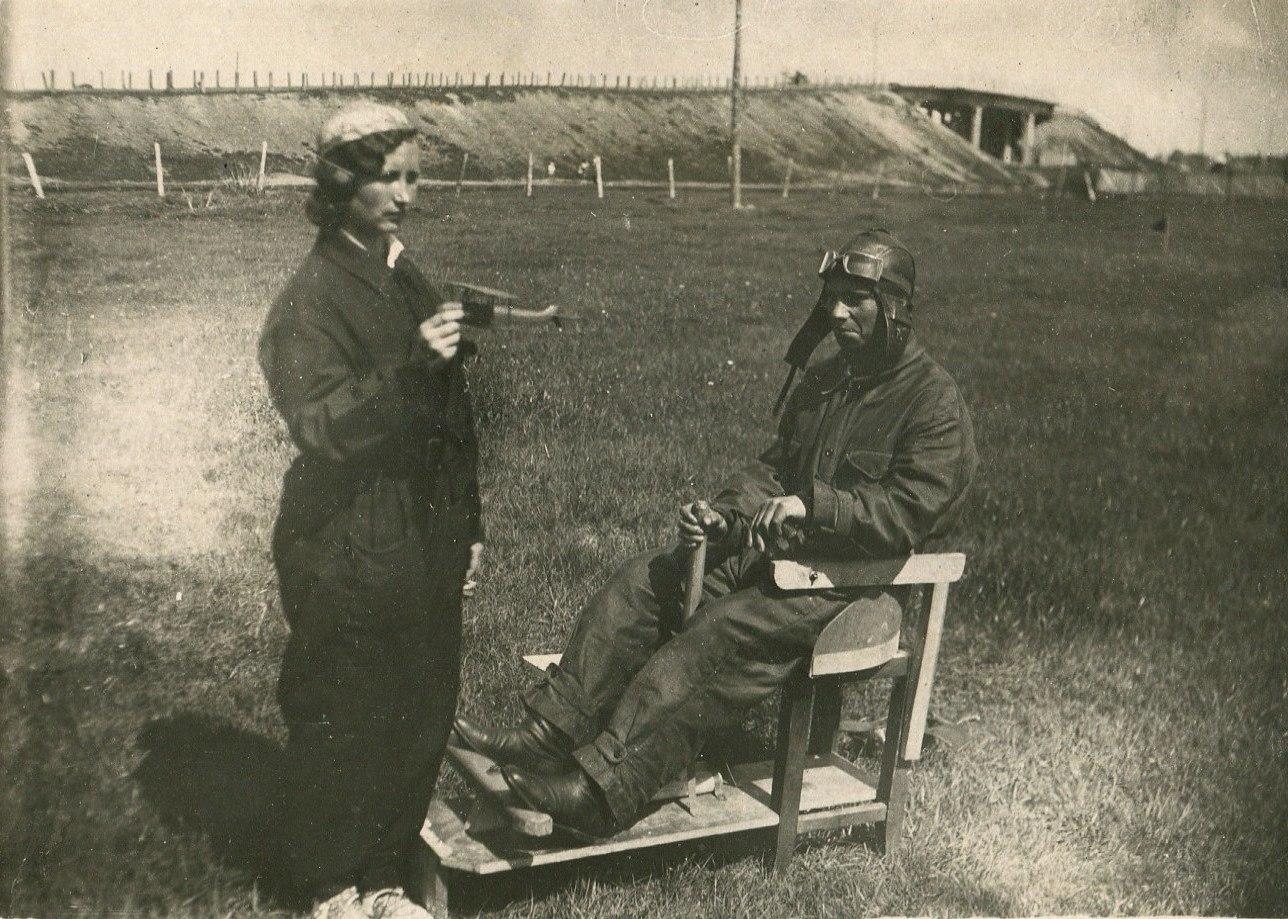 1936. Курсант Е. Петрова осваивает первые навыки в управление самолетом