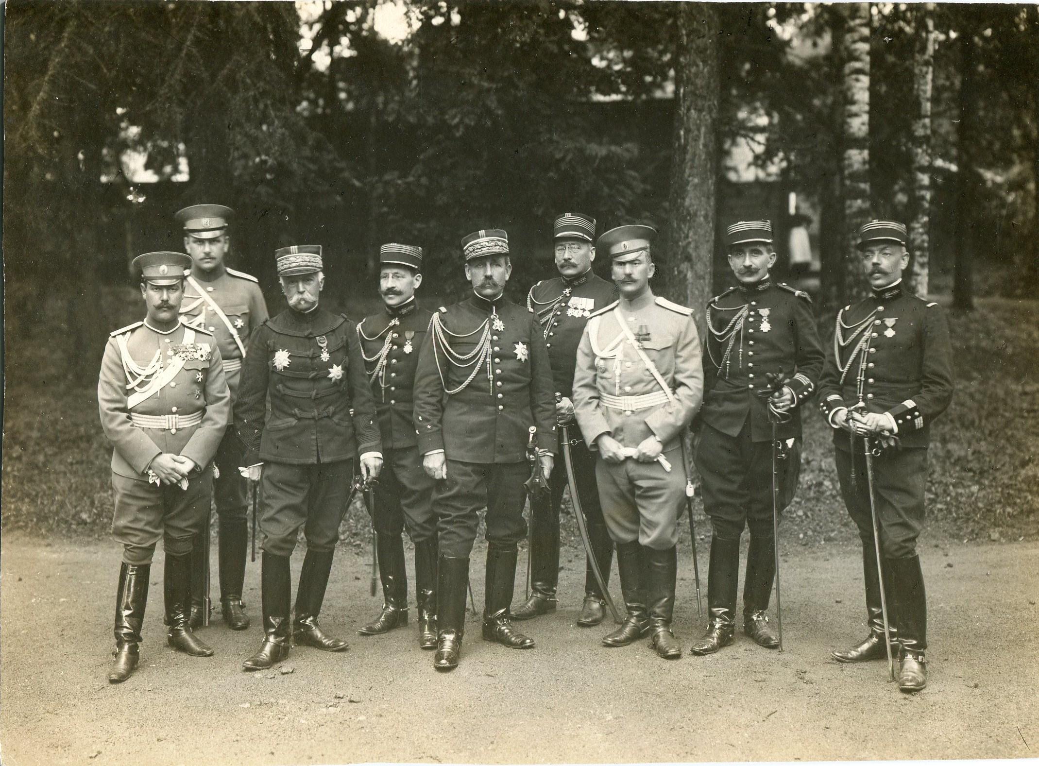 Фотография с группой русских и французских офицеров с саблями кавалерийскими