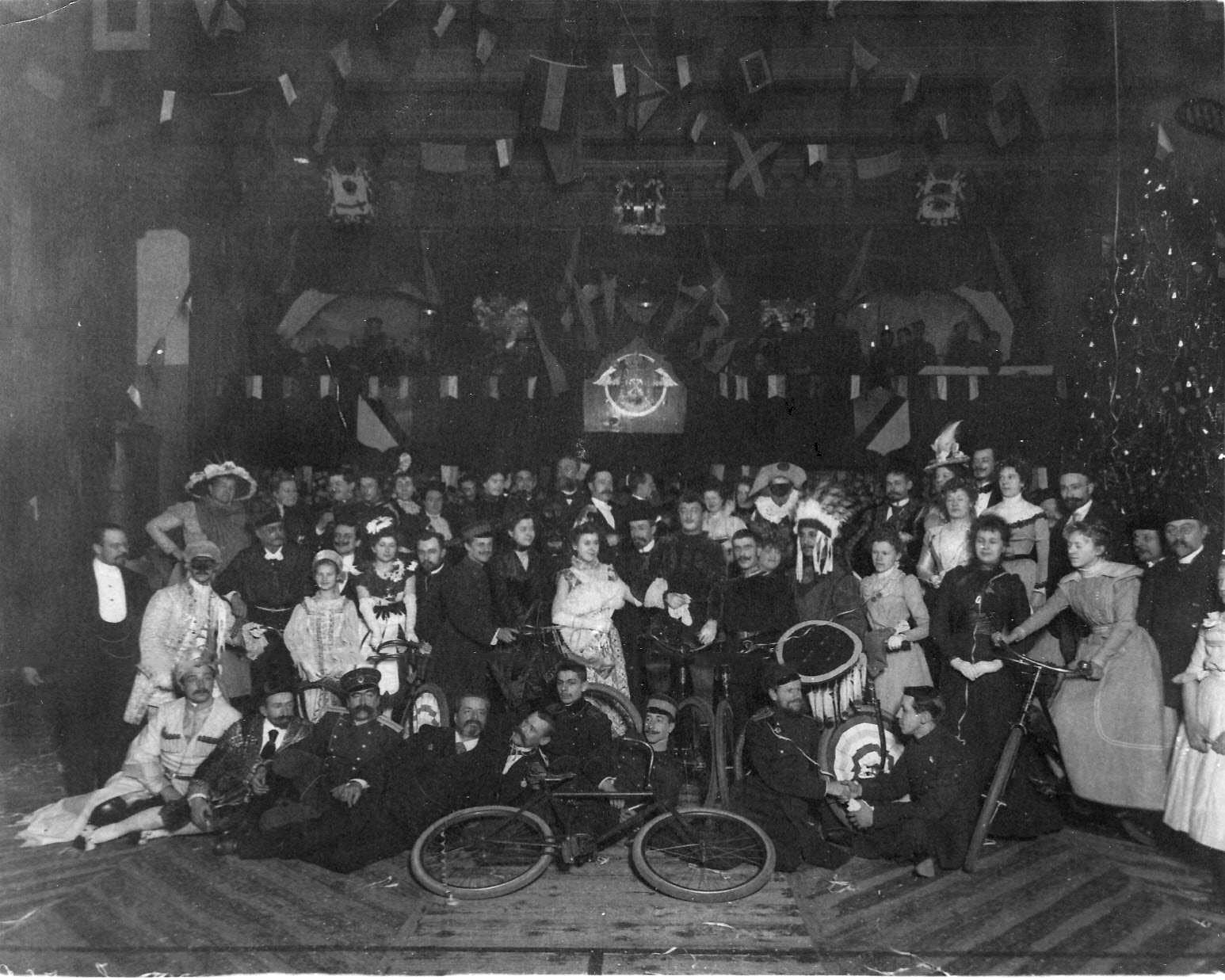 Группа членов Петербургского общества велосипедистов-любителей, участников юбилейного вечера в маскарадных костюмах