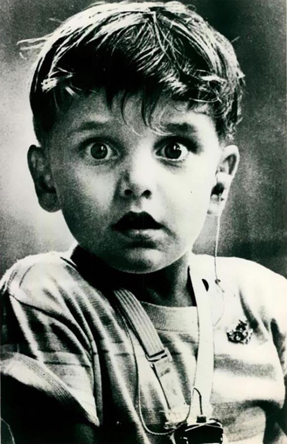 В этот момент, глухой мальчик Гарольд Уиттлз, благодаря звукотехнике, впервые услышал звук. 1974 ый год.(пост-2).