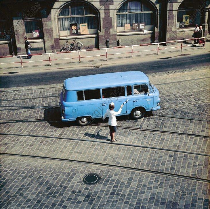 DDR-Volkspolizistin regelt Verkehr/Foto - -