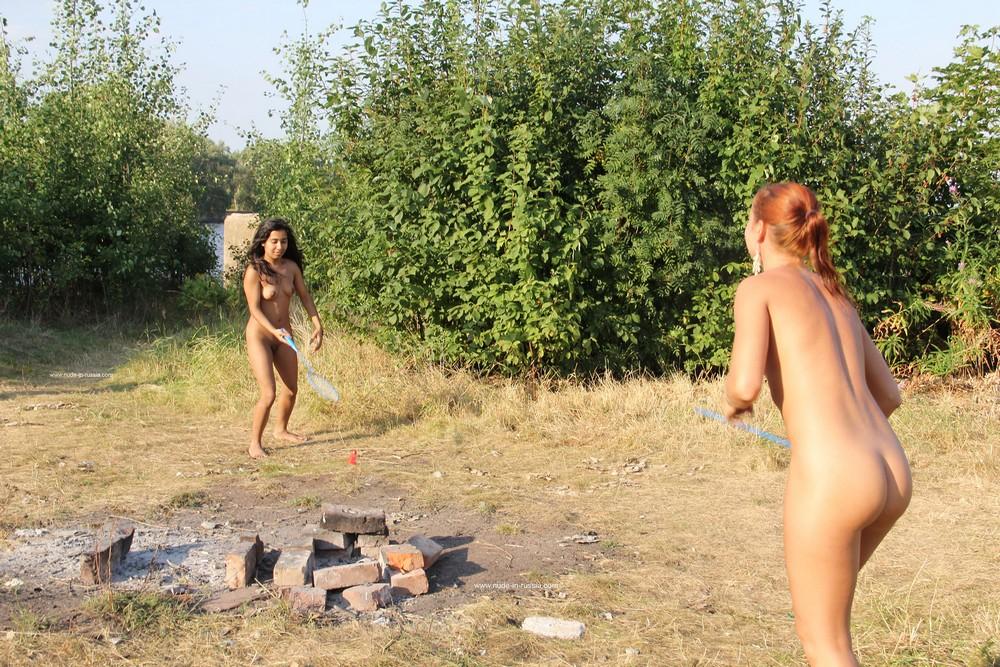 Большие голые играют в бадминтон