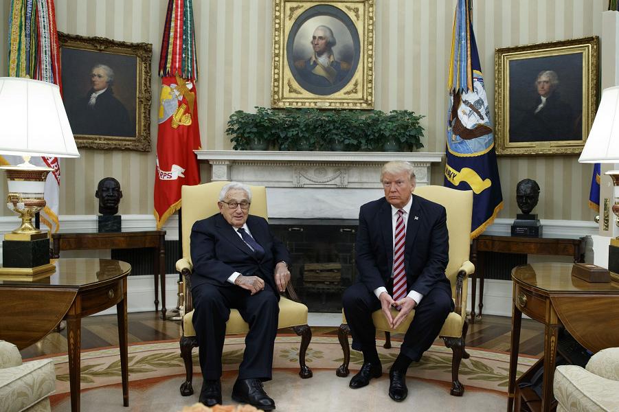 Трамп и Киссинджер в Овальном кабинете Белого дома 10.05.17.png