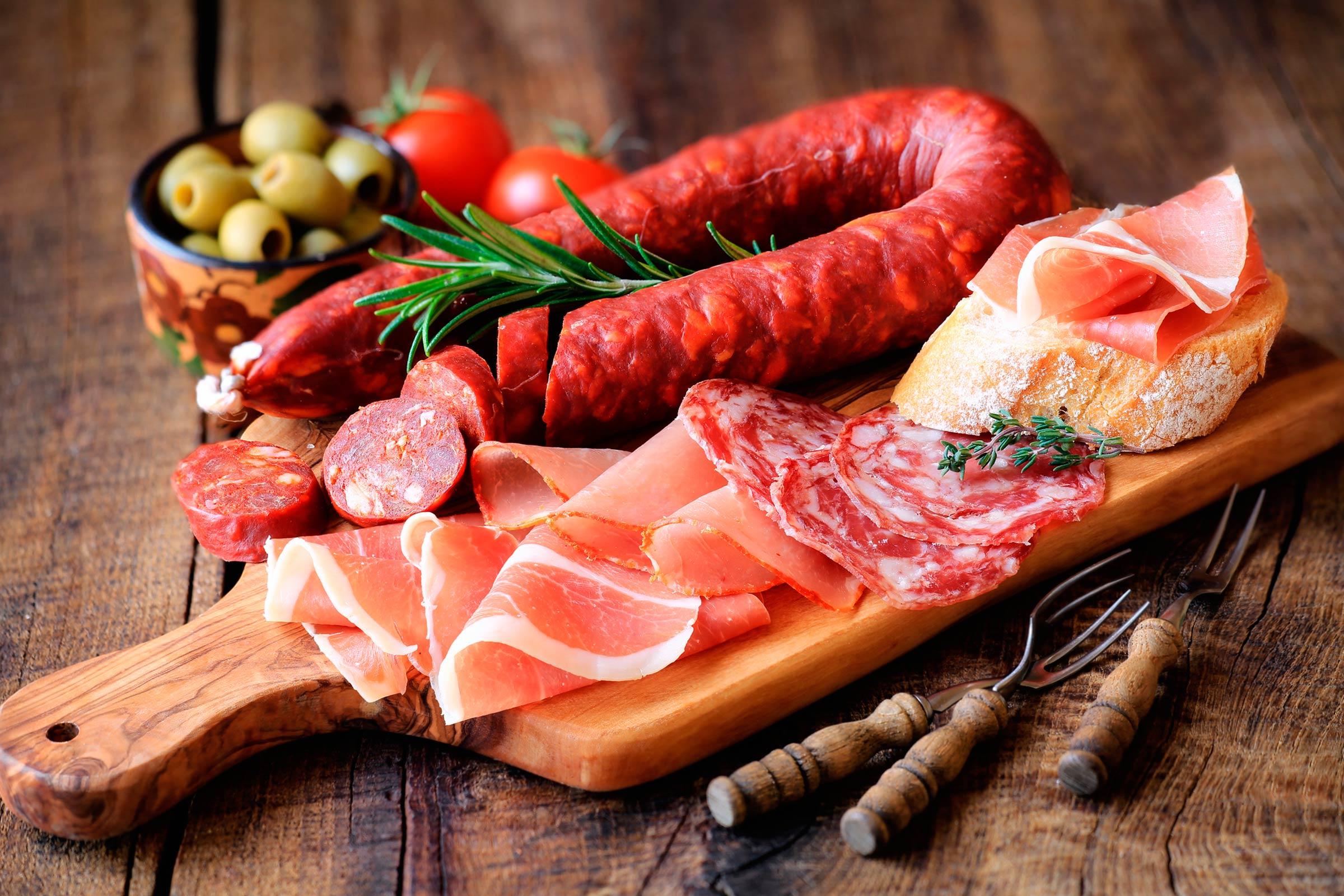 Различныекопчености, колбасы, сосиски и прочие мясные полуфабрикатыповышают риск развити
