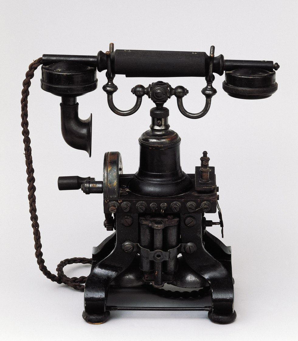 Телефон Многие называли телефон дьявольским изобретением, особенно проповедники и священники. Сельск