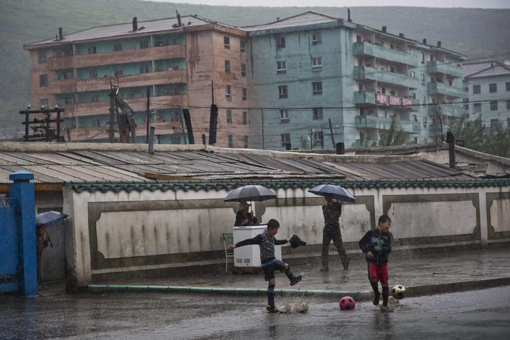 17. Мальчишки играют в футбол в городе Хесан. (Photo by David Guttenfelder / AP Photo)