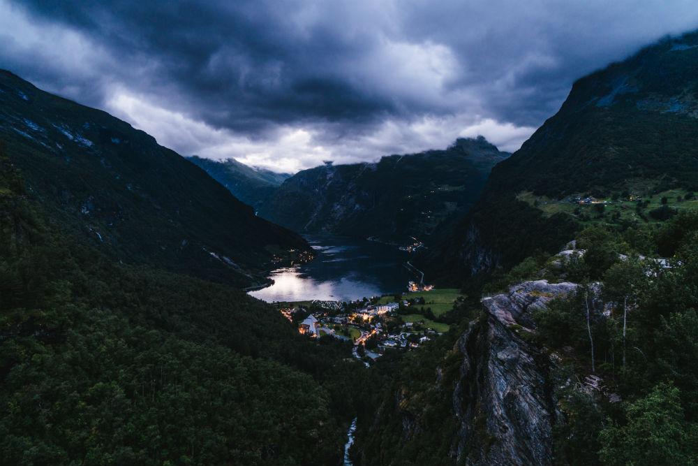 Озеро Мьёса плавно перетекало то в бурную горную речку с водой бирюзового цвета, то в небольшой руче