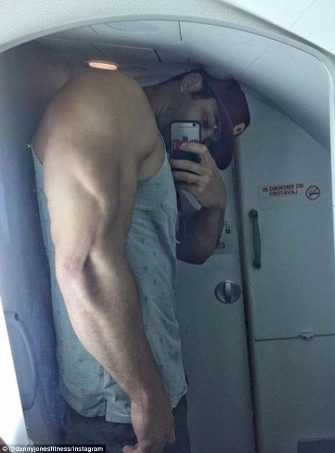 Судя по снимкам, высокий рост и мускулистая фигура иногда приносят Джонсу немало неудобств. Так,восп