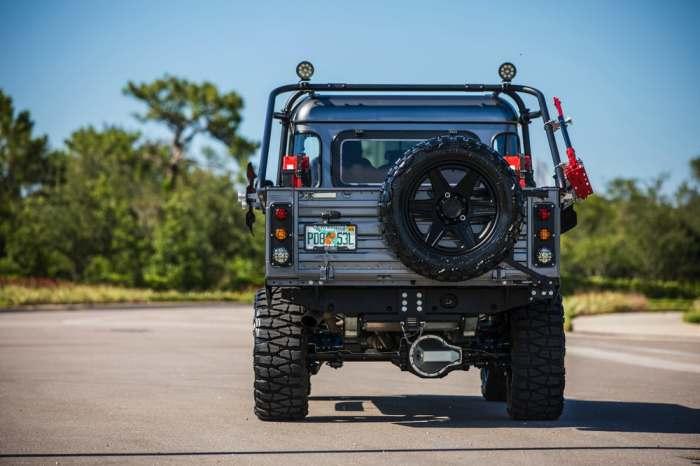 Отличный обвес. Внедорожник Land Rover Defender имеет давнюю историю и множество моделей. Тем не мен
