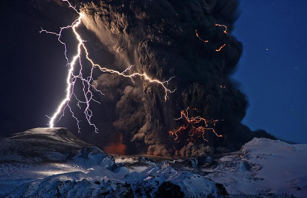 Извержение вулкана Мерапи в Индонезии, 6 ноября 2010 года. (Фото Beawiharta)