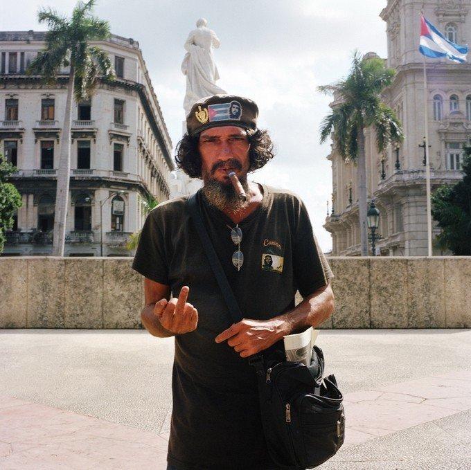 Вот что происходит, когда людей, живущих в популярных туристических местах, фотографируют каждый день