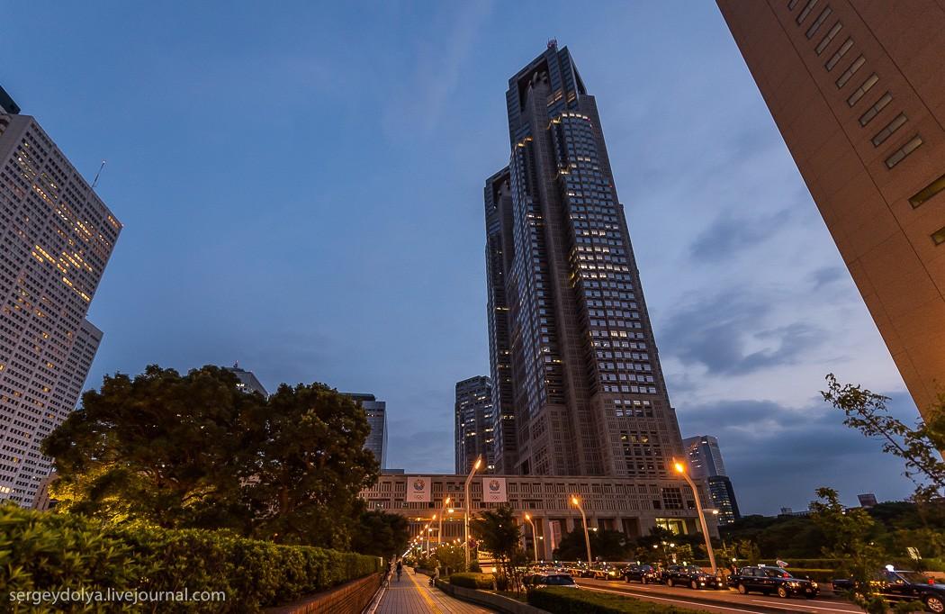 39. Один из небоскребов — здание мэрии. Совершенно бесплатно на него можно подняться.