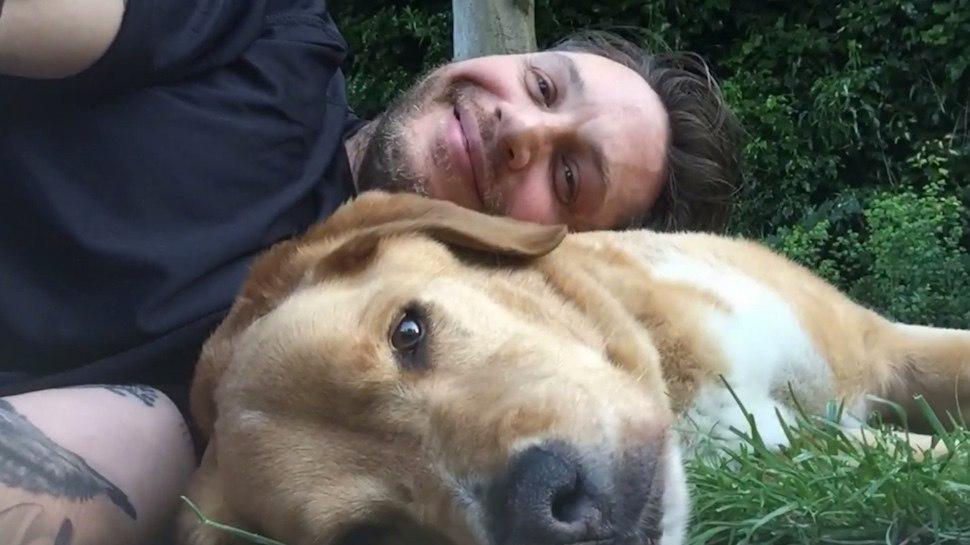Том Харди написал трогательное письмо в память о своем любимом псе Вуди, которого не стало на этой неделе (7 фото)