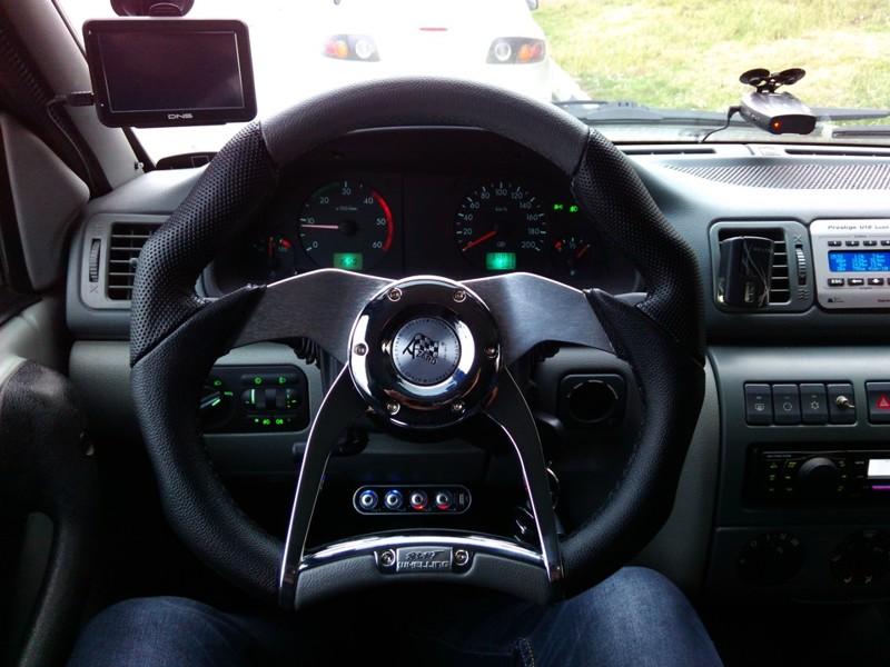 Использование качественных и самых дорогих материалов для отделки рулевого колеса автомобилей премиу