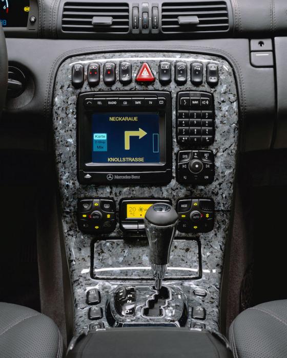 Гранитная вставка на передней панели Mercedes-Benz. | Фото: cheatsheet.com. Оказывается, гранитную о
