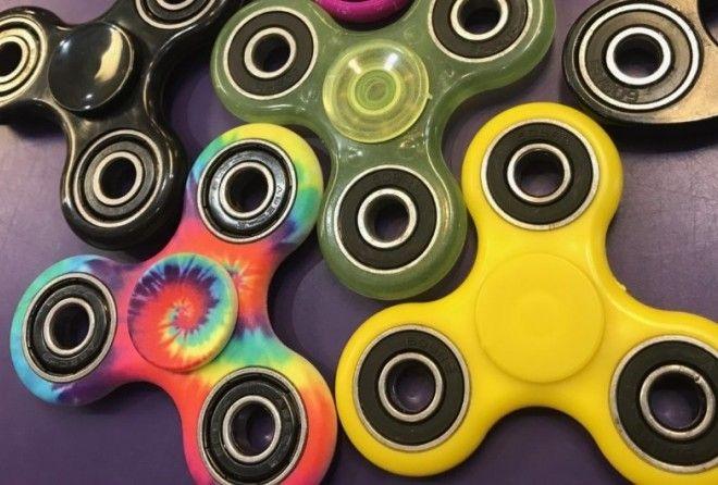 Полное название спиннера — fidget spinner, то есть крутилка для тех, кто постоянно беспокоится