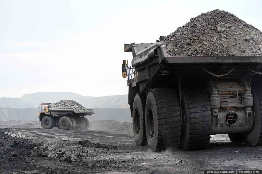 Уголь добывают гидравлические экскаваторы (на фото Liebherr R9350) или колесные погрузчики в ав