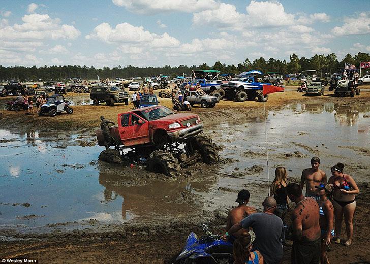 Многие посетители любят демонстрировать свои огромные пикапы, рассекая на них по бескрайним грязевым