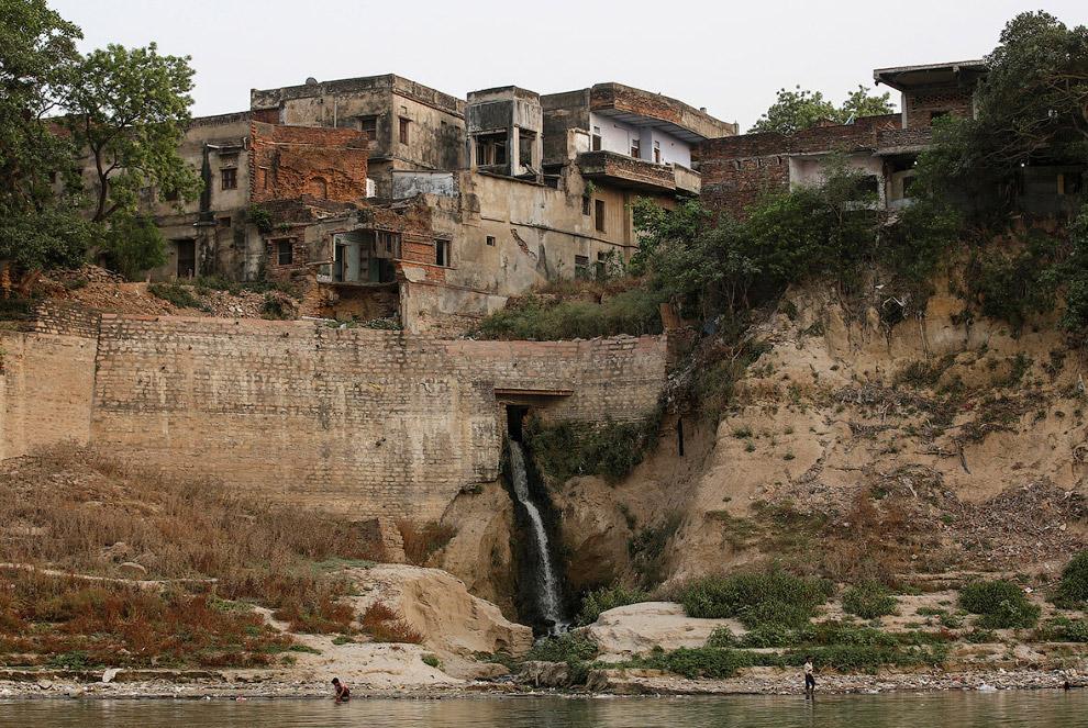 16. Неподалеку в реку втекает какая-то промышленная гадость с пеной. (Фото Danish Siddiqui | Re