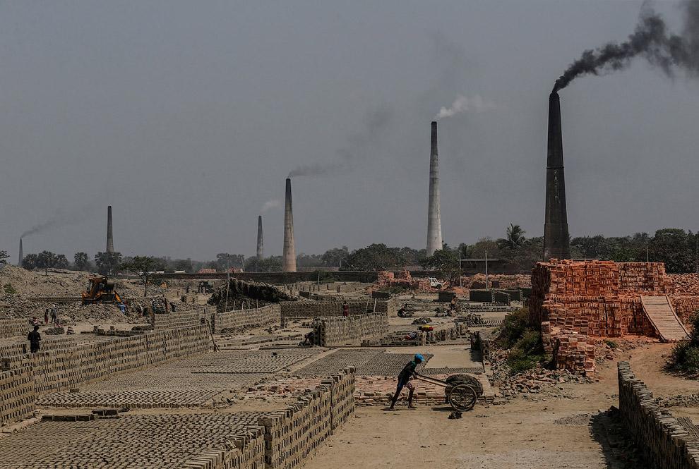 24. А вот и водичка из реки Ганг в Калькутте. Не хотите?  «Ганг – это наша мать. У нас не бу
