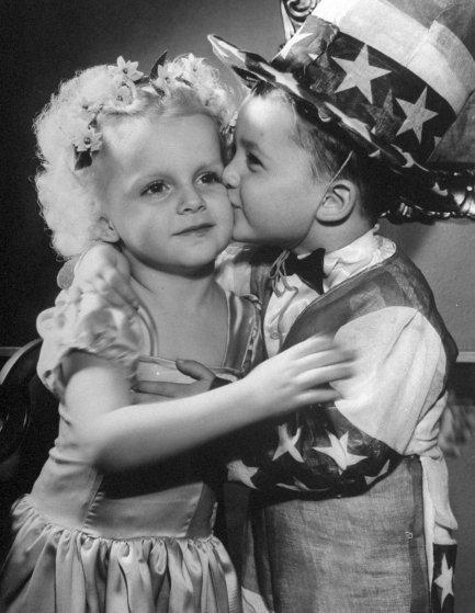 Молодожены Маршалл и Йоланда Джейкобс целуются после церемонии бракосочетания на вершине флагштока,