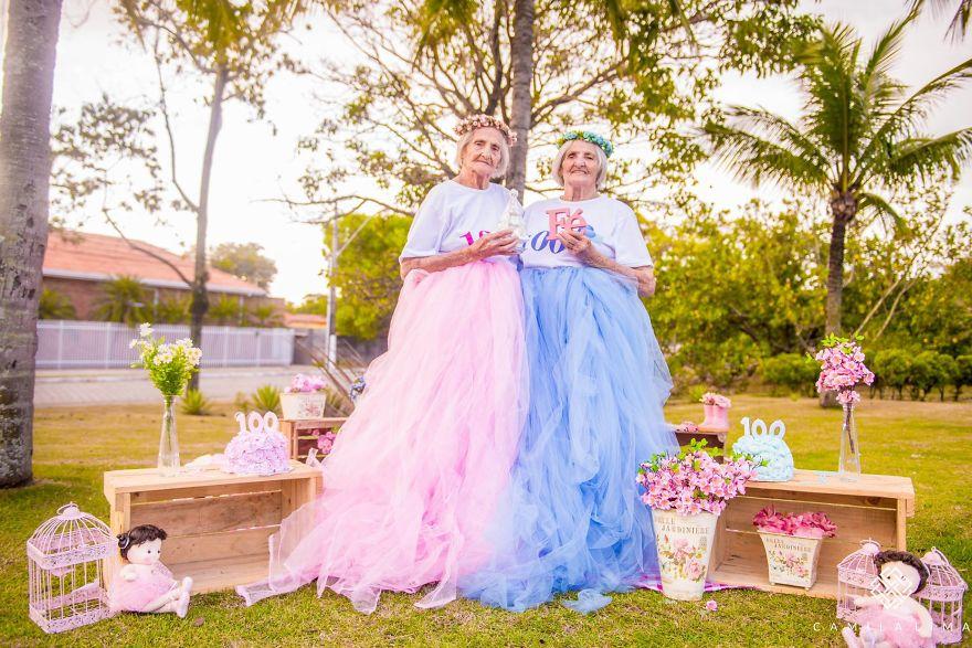 Близнецы из Бразилии отмечают 100-летний юбилей жизнерадостной фотосессией (12 фото)