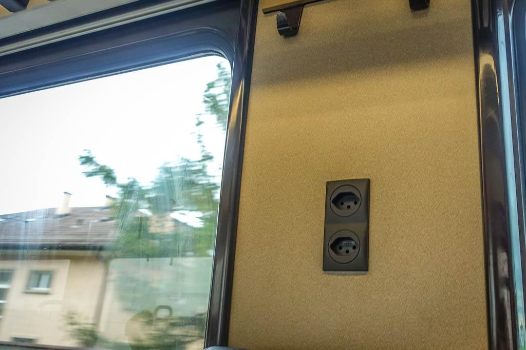 Даже в вагонах второго класса есть возможность подзарядиться, правда, тут розетки не расположены на