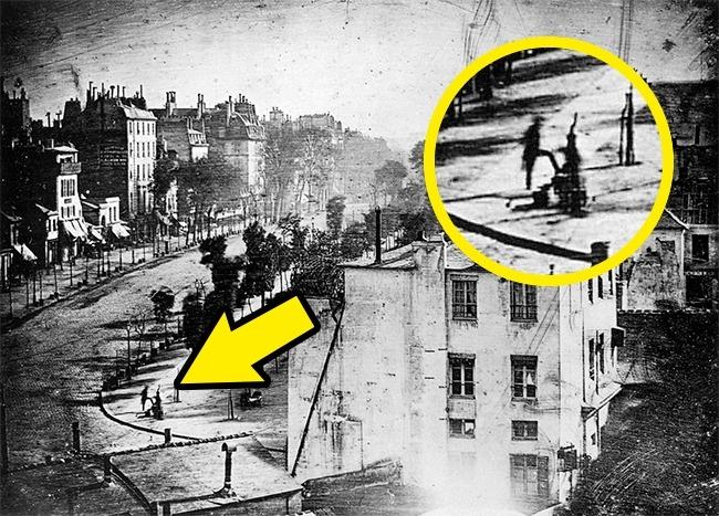 Первая в истории фотография человека. Точнее, это дагеротип бульвара дю Тампль в Париже, который сде