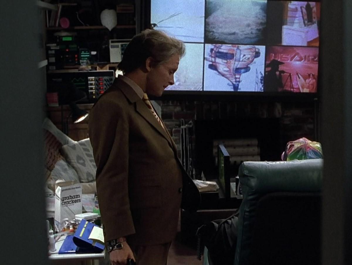 16. В Back to the Future 2 телевизор сделали классических форм, большим, с функцией «картинка в карт