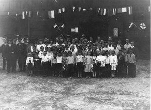 Группа детей и взрослых членов гимнастического общества Пальма на спортивной площадке