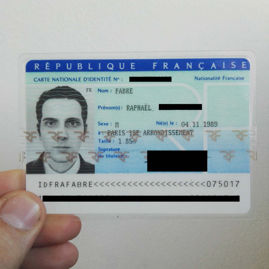 This artist managed to get his ID card with a 3D picture!