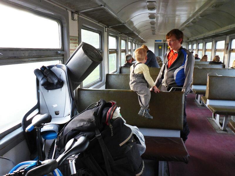 возвращение домой на электричке из велопохода с ребенком