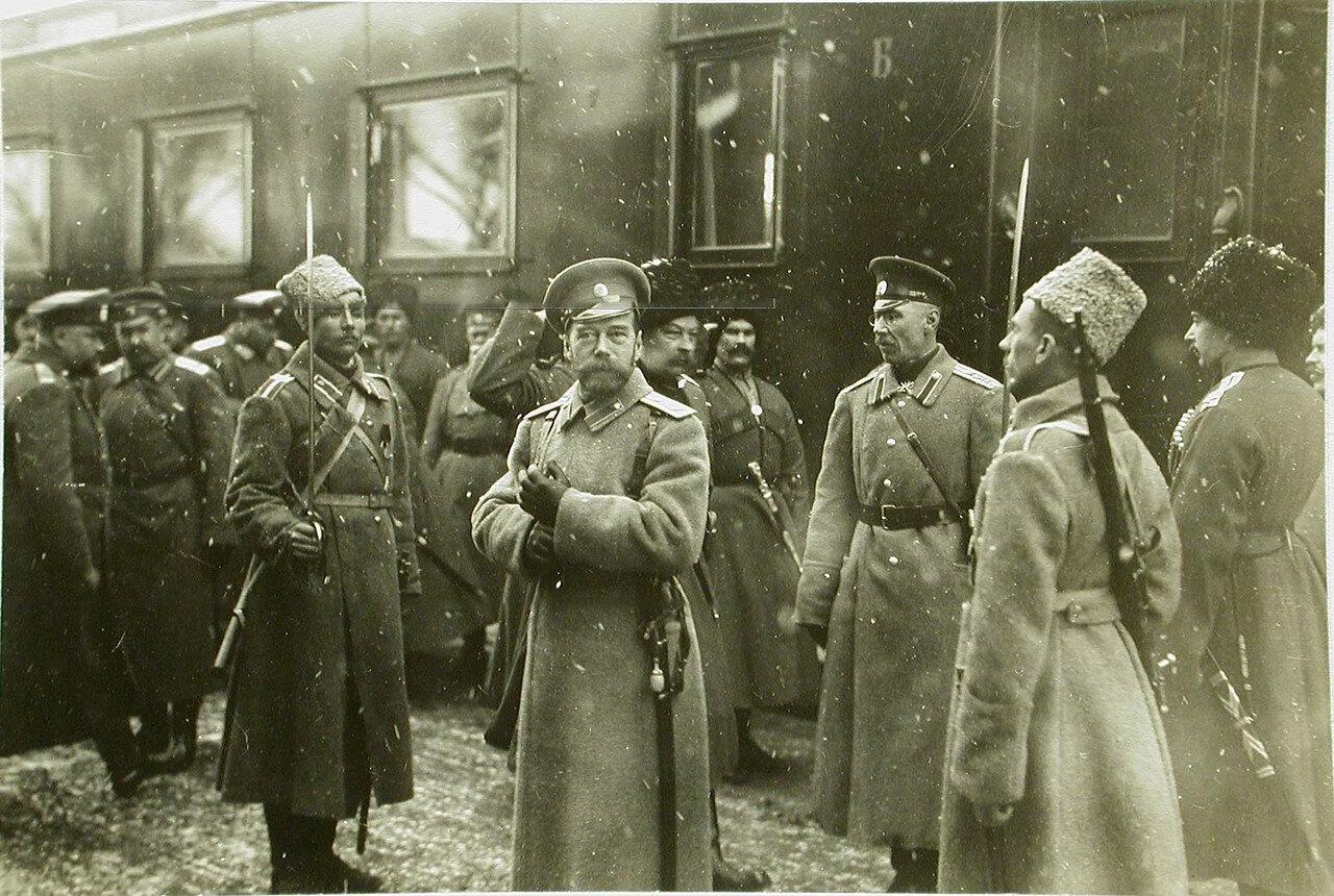 01. Император Николай II (в центре) у своего вагона по прибытии на станцию