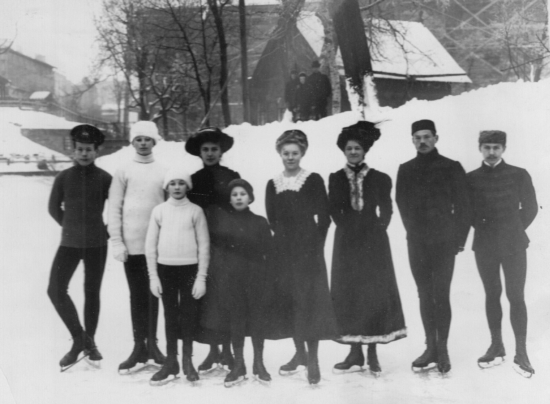 Группа конькобежцев на ледяном поле; 2-й справа - Н.В.Струнников. 1913