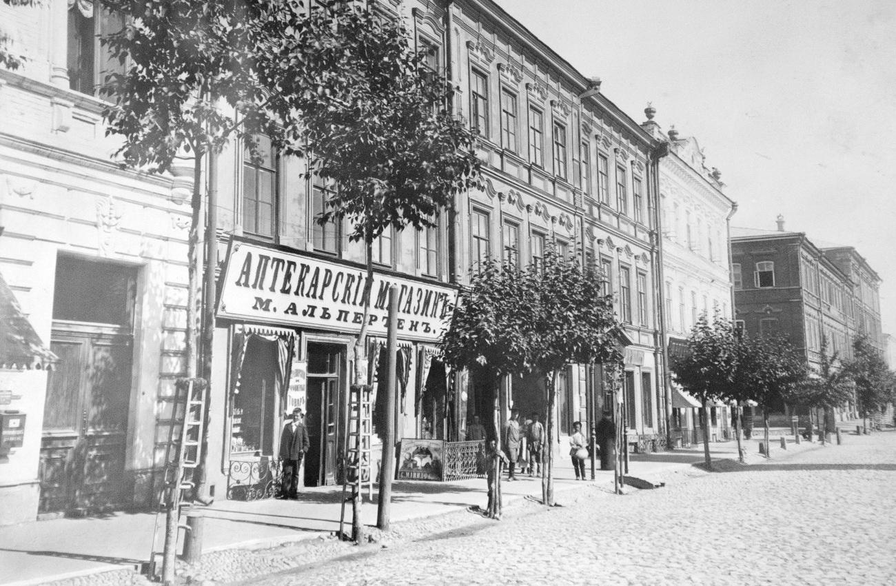 Дом Винника и аптека Альпертена на Дворянской улице