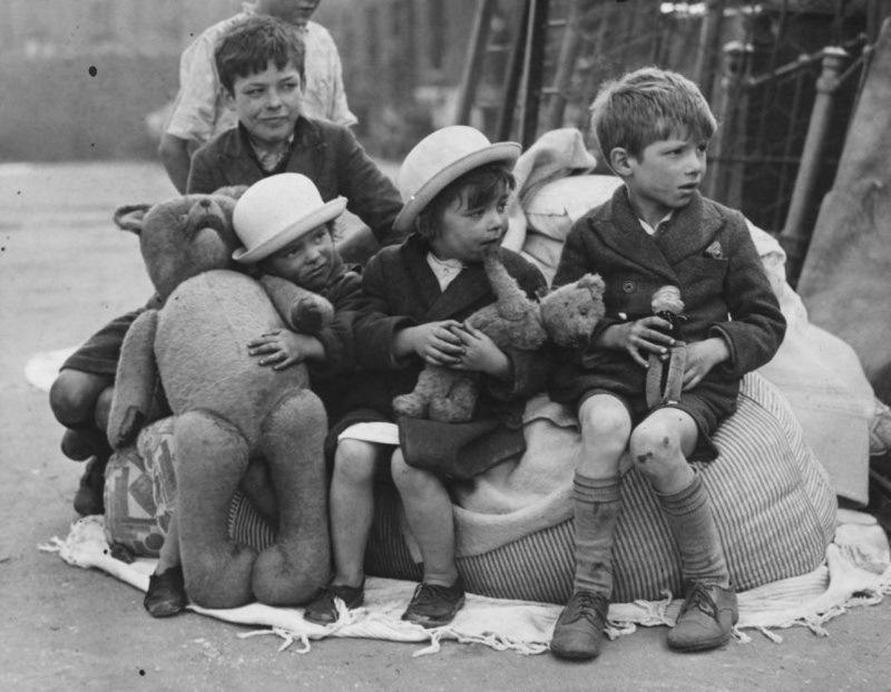 Сидящие на улице лондонские дети после немецкого налета на город 15 сентября 1940 года.