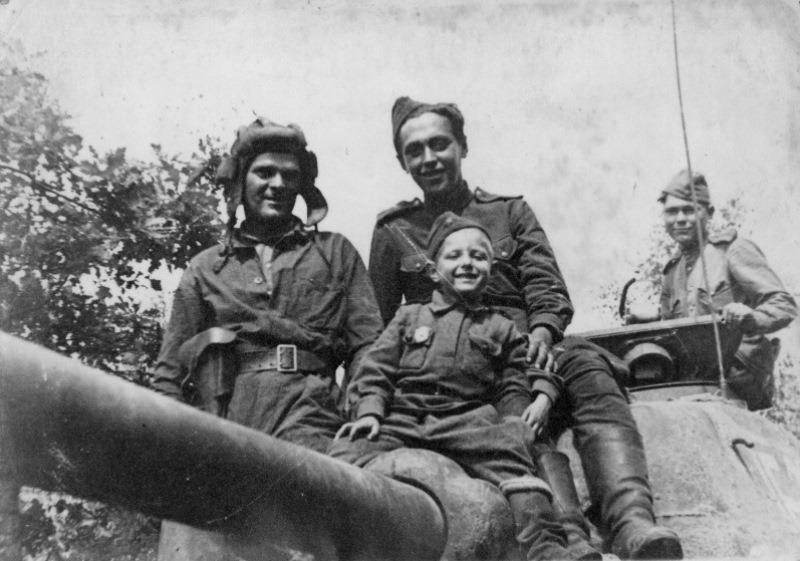 Танкисты 17-й гв.тбр и сын полка Алик.