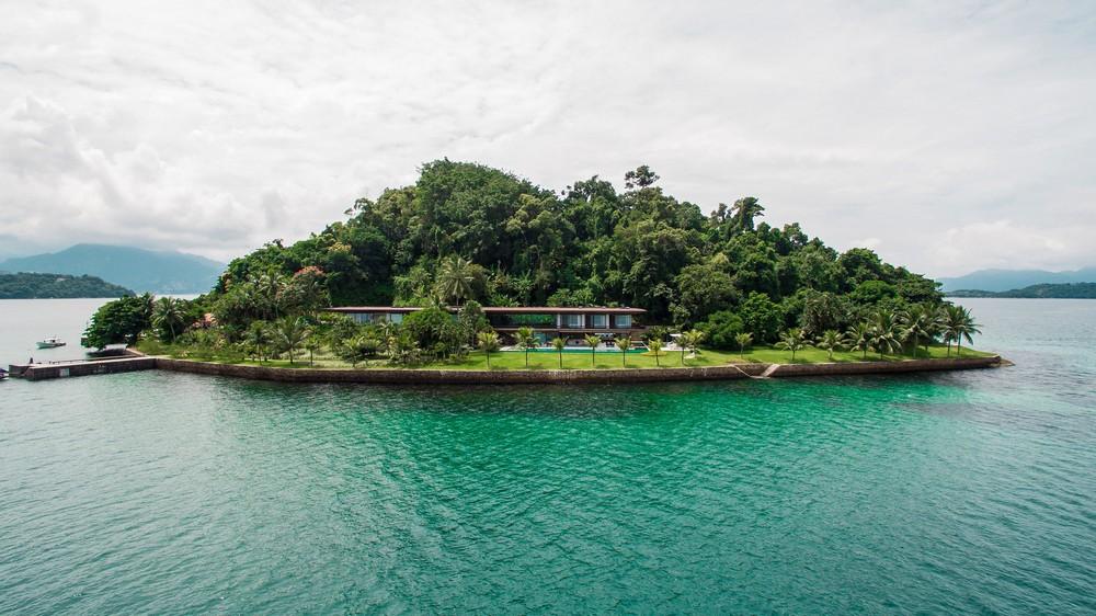 Особняк с прозрачным фасадом на острове в Бразилии