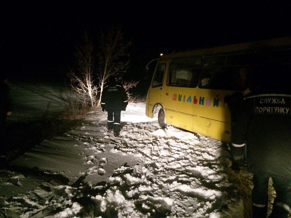ВЗапорожской области вснежный плен попал ученический  автобус,