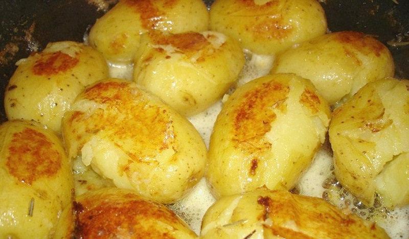 Ингредиенты 1 кг молодого картофеля 450 мл куриного бульона 100 г сливочного масла соль, специи