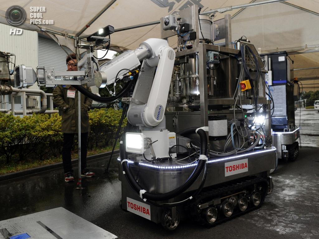 Япония. Йокогама, Канагава. 15 февраля. Робот, разработанный Toshiba для обеззараживания террито