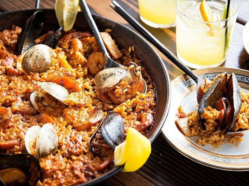 Паэлья, Испания Всем известен тапас, но попробовать стоит и паэлью, традиционное блюдо из риса, овощ