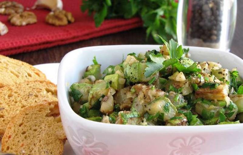 Теплый салат из цукини с грецким орехом. Ингредиенты: 2 цукини 50 г грецких орехов 2 ст. л. оливково