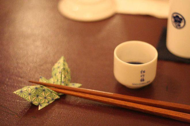 Отдыхая во время еды, поместите палочки перед собой, параллельно краю стола. Это единственно правиль