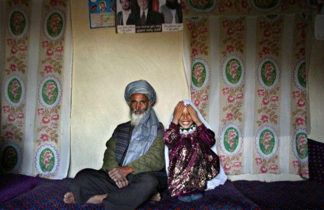 В Саудовской Аравии 90-летний мужчина пожаловался на 15-летнюю жену, что сбежала в первую брачную но